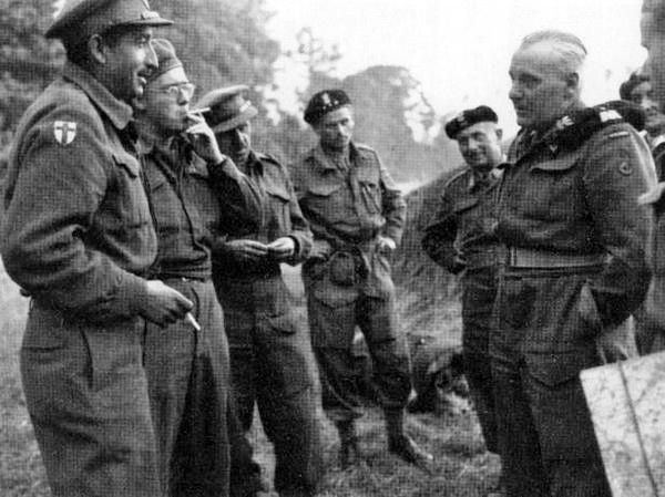 "General Maczek talking with Canadian war correspondents after the fighting on ""Maczuga""."