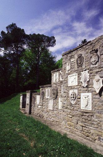 Il mausoleo dello scrittore fu edificato negli anni 1923-'24, secondo il gusto monumentale del dopoguerra.  I 125 stemmi che ornano il mausoleo costituiscono l'omaggio dei comuni della provincia di Ravenna e delle città italiane capoluoghi di provincia (comprese città oggi non italiane come Addis Abeba e Zara) al «poeta della patria».