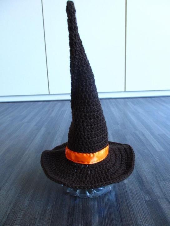 Gehaakte New Born heksen hoed (donker bruin)