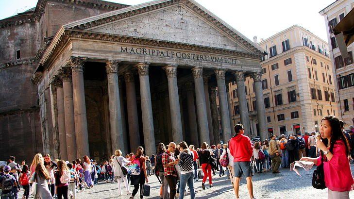 PANTHEON:  I Roma kan turister bli bøtelagt for å spise ved nasjonale monumenter.  Foto: KIRSTEN MARGRETHE BUZZI
