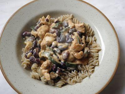Kuřecí maso s fazolemi a cuketou, celozrnné těstoviny