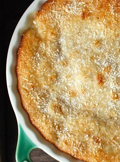 Que tal aproveitar a temporada de abacaxi e fazer um bolo rapidinho com a fruta? A receita leva iogurte na massa e cubinhos de abacaxi fresco, com brigadeiro branco de coco.