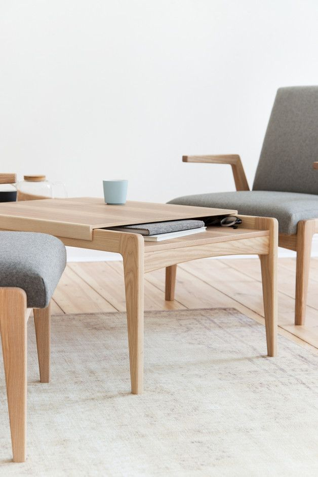 Entworfen im Jahr 1962 von Janusz Różański – einem der bedeutendsten, polnischen Designer aller Zeiten. Der Tisch bildet eine funktionale Ergänzung zum Sessel R-1378.   Der Tisch ist aus Esche…