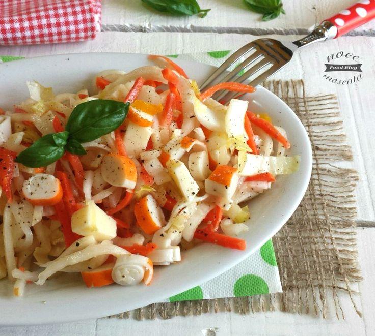 Fresca e colorata, l' Insalata belga capricciosa con surimi è un delizioso piatto unico estivo da servire semplice o con le salse più svariate!