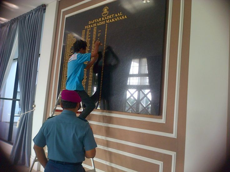 Ini adalah Salah satu tenaga ahli Pengrajin perwakilan dari Purnaya Grafir sedang mengrafir di gedung MAKO TNI AAL Perak surabaya, Kontak Kami : 03183315430 081357603030 081515441030
