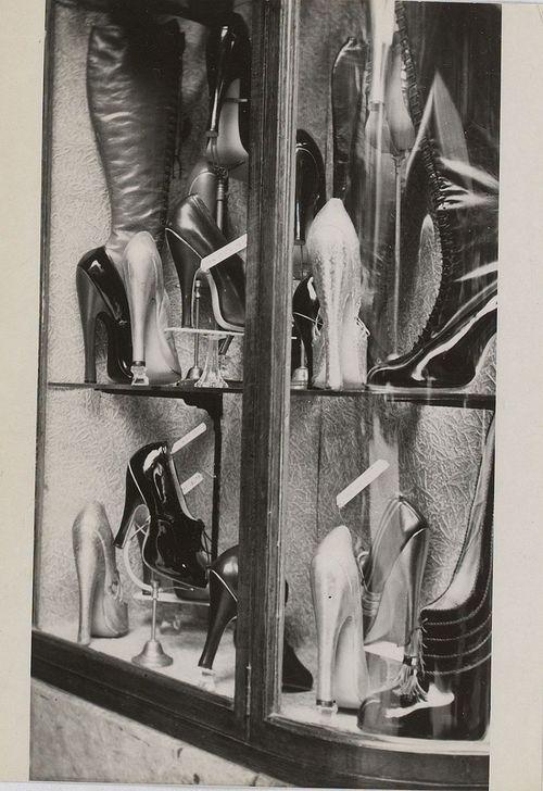 Claude Cahun, La vitrine de chaussures, 1936