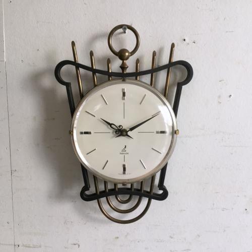 JAZの壁掛け時計 人気のJAZの時計。お待たせいたしました!!今回ご紹介させていただくのは非常にレア(希少)なハープのフォルムの壁掛け時計です!モダンな文字盤とアンティークなアイアンと真鍮のフォルムが対照的なミックスも素敵ですね。ご自宅のにはもちろん、カフェやレストラン、洋服屋さん、どこでも目に止まる素敵なインテリアとして飾ってください!