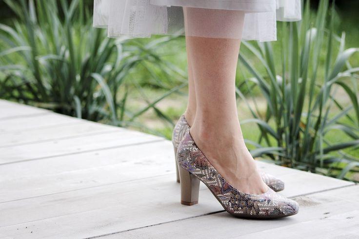 Kolorowe czółenka - Arka 1927 Znudzona jednokolorowymi butami? Co powiesz na kolorowy delikatny kwiatowy deseń połączony z neutralnym beżem? Ten model ożywi codzienne, miejskie stylizacje. Konstrukcja obcasa, materiały zastosowane przy produkcji i wyprofilowanie buta sprawia, że niezależnie od swoich zobowiązań przejdziesz przez dzień tanecznym krokiem, unikając zmęczenia stóp.