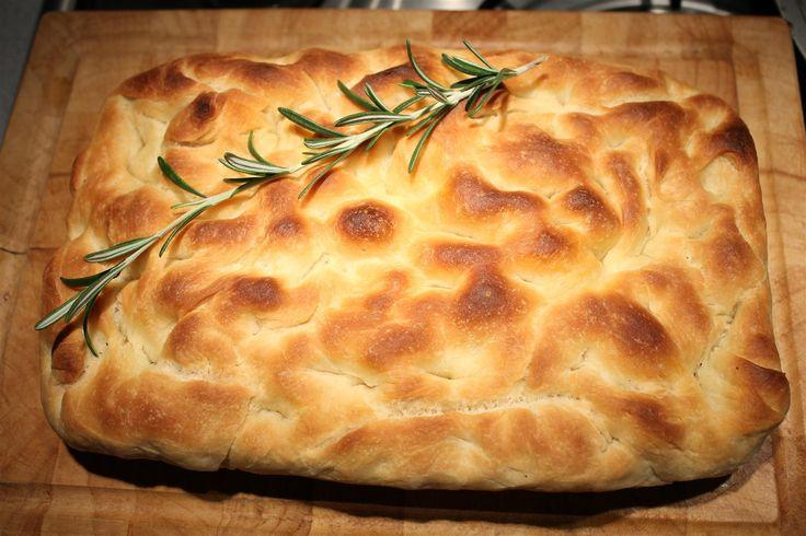 A focaccia egy hagyományos olasz kenyér, amit talán már évszázadok óta ugyanígy készítenek a mammák. A focaccia recept meglepően egyszerű, könnyen kész van.
