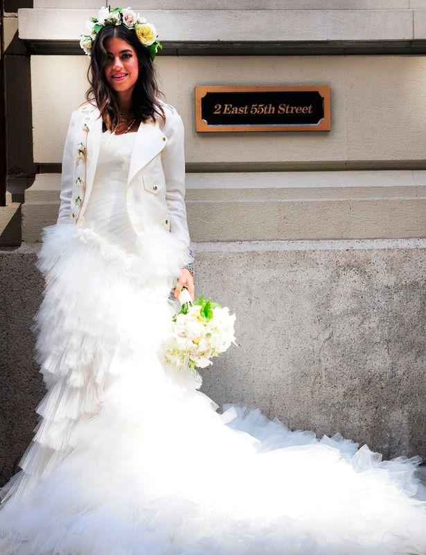 Una de las bodas más esperadas, la de la siempre atrevida y oroiginal Leandra Medine de la web The Man Repeller, No defraudó con vestido de Marchesa, chaqueta de Rebeca Minkoff y corona de flores de Tantawan Bloom.