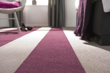 Verschillende banen tapijt laten de ruimte groter lijken