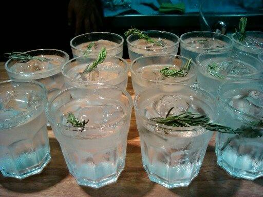 Gin Xoriguer con romero, Saint Germain y tónica Fever tree