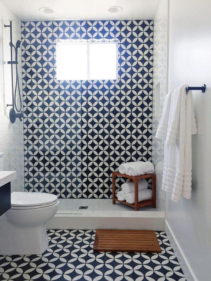 Совмещенная ванная комната в черно-белых тонах. За счет стеклянной перегородки комната визуально смотрится просторнее. Черный душевой смеситель и черный держатель для полотенец , гармонично дополняют интерьер комнаты. #совмещенная_ванная_комната #маленькая_ванная_комната #черно_белая_ванная_комната