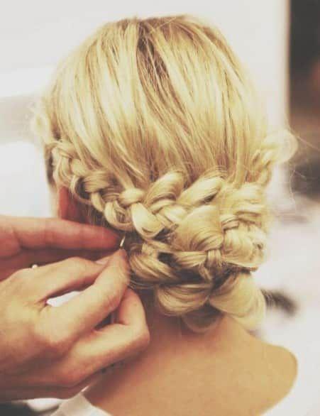 Acconciatura da sposa con treccia chiusa in uno chignon per le spose che vogliono i capelli raccolti