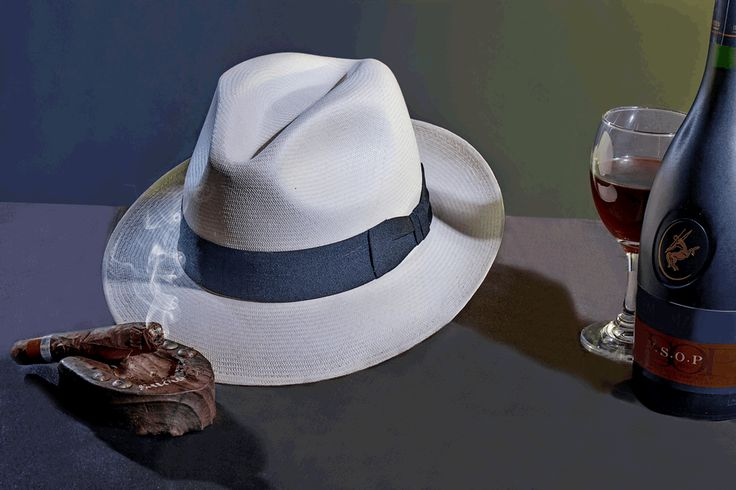 Sombrero Ref. Panameño Superfino Blanco, elaborado en Paja Toquilla, Tejido totalmente a mano. Adornado con Cinta Faya Negra terminada en un elegante y tradicional corbatin.