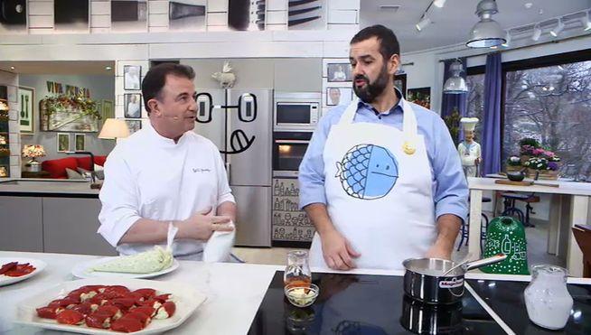 """Los dos cocineros de Telecinco, David de Jorge y Martín Berasategui, se """"ponen a 100"""" con una receta histórica: pimientos rellenos de bacalao al pil pil servidos con una salsa de nata y pimientos del piquillo."""