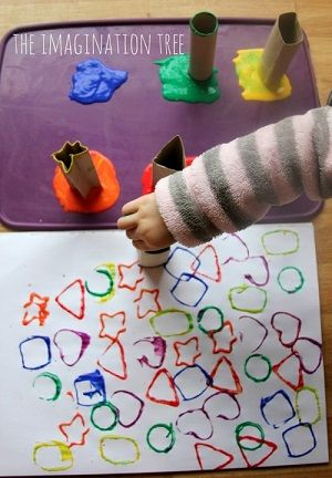 Je knipt verschillende vormen uit keukenrolletjes en zet elk vormpje in een kleur verf. Dan kunnen ze de vormen stempelen.