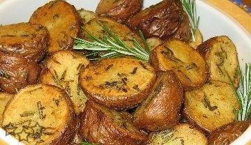 Patatas con romero al horno Ingredientes: • 4 – 5 patatas medianas (8 – 10 si son pequeñas) • 4 cucharadas de mantequilla • 1 cucharada limón exprimido • hojas de romero • sal gruesa • 1 cucharada cebollino y perejil picado Lavamos las patatas y las cortamos en rodajas gruesas o en mitades si ... ver más >>>