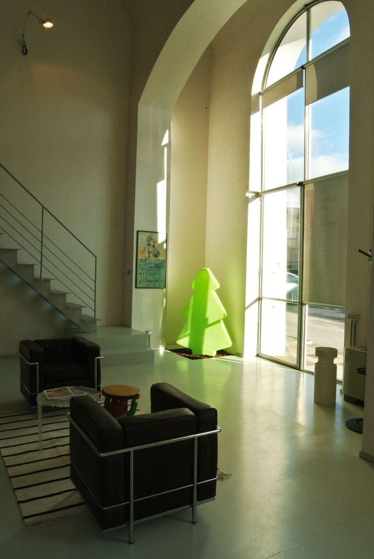 Ampie vetrate che lasciano spazio alla luce #architettura #interior #Cassina  Poltrone Cassina