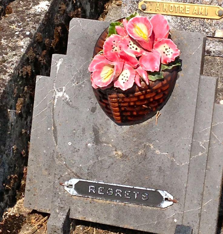 """Een zogenaamde """"plaque"""" versierd met bloemen van keramiek. Begraafplaats in Zuid Frankrijk. A so called """"plaque"""" decorated with Ceramic Flowers (Cemetery Southern France July 2013)"""