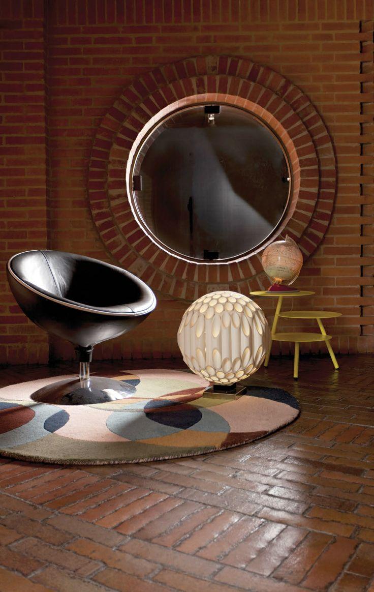 El eterno Retorno. A partir de una función en la figura del círculo, que con los rectángulos de su perímetro se transforma en astro para completar un universo o en una silla que invita al descanso.