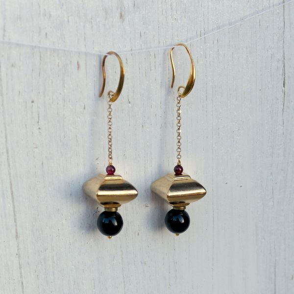 Orecchini neri e oro lunghi geometrici // Black and gold geometric #earrings by AmeJewels via it.dawanda.com