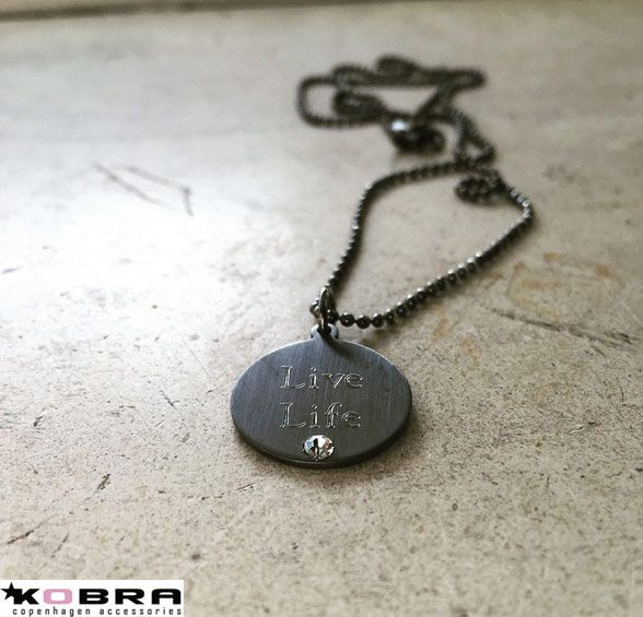 ID tag, rundt sort rhodineret vedhæng med zirkonia sten inklusiv din gravering