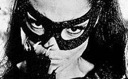 Eartha Kitt, la versátil cantante y actriz estadounidense cuya voz y sensualidad la convirtieron en una estrella internacional, en parte gracias a su papel como Gatúbela en la mítica serie televisiva de Batman de los años 1960, murió este jueves a los 81 años.