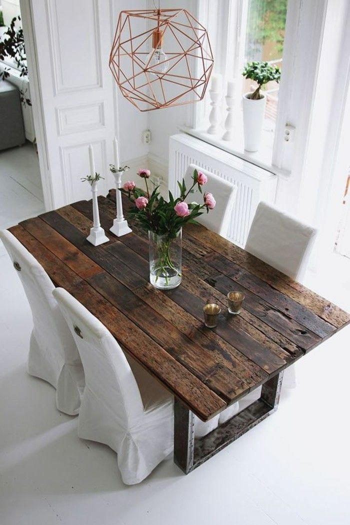 idée déco récup, lustre en fer et une magnifique vase avec fleurs roses, chaises blanches