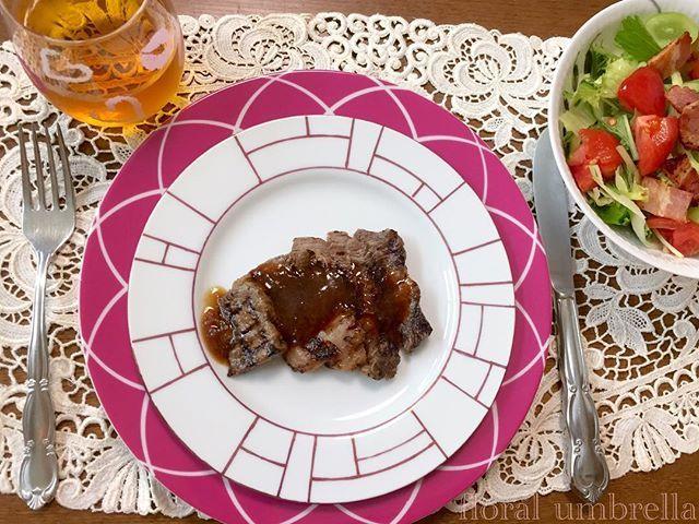 お昼ごはん🍽 ブラッシュアップのプレートで一気に食卓がオシャレになりました✨♪(๑ᴖ◡ᴖ๑)♪ 作品アトリエアカウント➡︎ @atelierfloralumbrella ‥ ‥ #ステーキ#ランチ#おうちごはん#ポーセラーツ#ポーセリンアート#手作り食器#趣味#ピンク#オシャレ#食べるの大好き#肉#サラダ#コップ#肉好き#グラス#食卓#オトナ女子#大人可愛い#お稽古#習い事#テーブルコーディネート#ローラアシュレイ#ケイトスペード#ザラホーム#ピンク#格子リム#プレート#テーブルウェア#ランチ#table#steak#ol