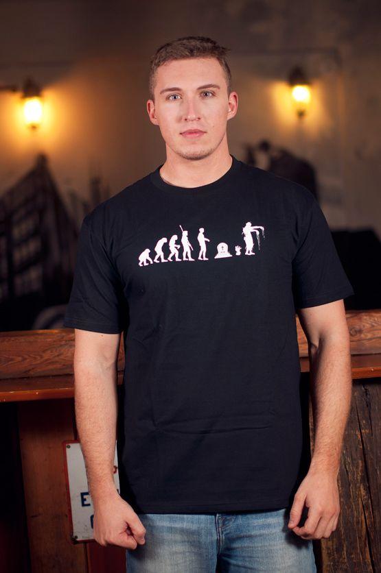 T-shirt Zombie Evolution Dit rechte model T-shirt voor mannen is gemaakt van voorgekrompen ringgesponnen katoen en heeft een opdruk van de evolutie theorie van aap tot zombie. De hoge kwaliteit en goede verwerking zijn zichtbaar in de dubbele naden aan de mouwen en de zoom en de tweevoudig gelegde kraag in 1X1 ripp.