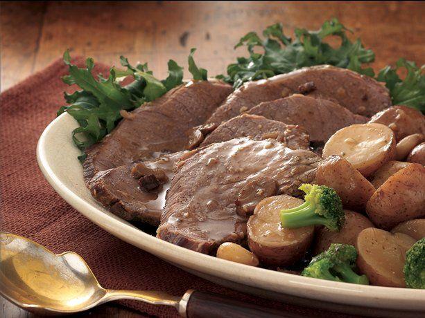 Il Brasato con patate con il Bimby si prepara marinando la carne con il vino, le verdure, i chiodi di garofano, il rosmarino e le bacche di ginepro, ...