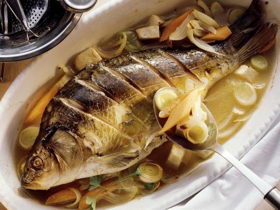Pochierter Karpfen in Wein ist ein Rezept mit frischen Zutaten aus der Kategorie Fisch. Probieren Sie dieses und weitere Rezepte von EAT SMARTER!