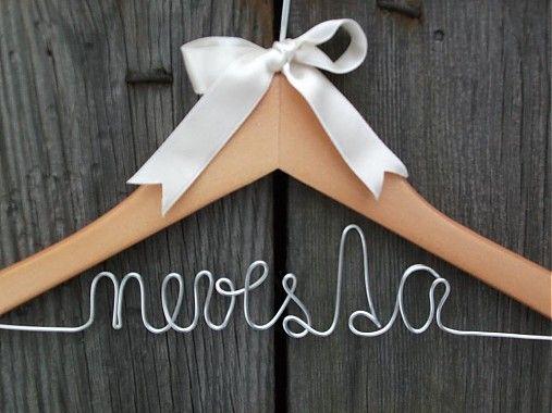 K jedinečným šatám patrí jedinečný vešiak. Zaveste si tie svoje na handmade vešiak s drôtikom striebornej farby a spestrite si svadobný deň či fotenie originálnym vešiakom. Možnosť výberu f...