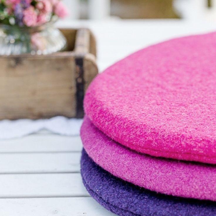 Die Herbstsaison hat begonnen.... neu im Shop sind Kissen in Beerentönen ❤️ ... Pink Melange, Himbeere und Aubergine Berrycolors in the new Fallseason ❤️ New in Shop now