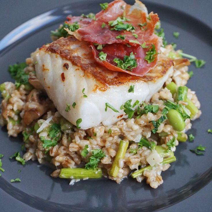   Camilla Drabo   Dagens aftensmad bliver en råris/perlebygotto med asparges og svampe samt et stykke mørksej toppet med lidt stegt serrano 😋 Tænker opskriften snart kommer på bloggen.   Risene er sponsoreret 😁  #risotto #bygotto #torsk #perlebyg #perlebygotto #sej #bacon #fisk #ris #fav #fitfamdk