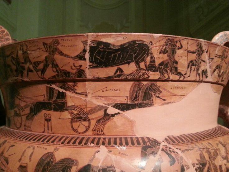 La caccia al cinghiale Calidonio. A questa caccia presero parte alcuni tra i giovani eroi della mitologia greca, tra cui Peleo, futuro padre di Achille. È proprio Peleo che feridce il cinghiale, ma a dargli il colpo di grazia è Meleagro, colui che conquisterà la giovane Atalanta, anch'essa rappresentata sul fregio perché partecipante alla caccia