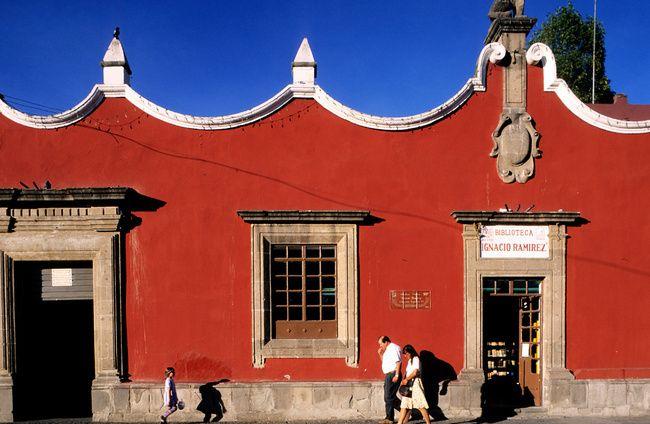 Al sur de México D.F. se encuentra el barrio de Coyoacán, un hervidero de manifestaciones culturales, arte y música que se manifiestan, sobre todo, en los jardines Hidalgo y frente al atrio de la iglesia de San Juan Bautista. Aquí encontramos una vida bohemia envidiable donde no faltanbuenos cafés, librerías, restaurantes y unas fiestas populares muy vistosas. Una visita que no puedes dejar pasar: La Casa Azul- Museo de Frida Kahlo.