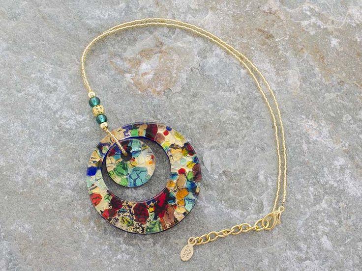 Pendente in vetro di Murano con doppia corona a forma di cerchio.   Multicolore con inserti foglia d'oro.   La catena è fatta di perline in conteria, tutto in materiale anallergico (NICKE FREE).  Il cerchio è il simbolo dello spirito e dell'immaterialità dell'anima.