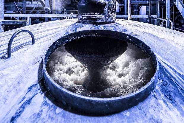 Une énorme machine à laver des bouteilles en plastiqueComme la vingtaine de sites industriels de Cristaline, celui de Lesquin (Nord) se trouve à proximité d'une source. Ici, cette énorme machine à laver nettoie en une heure 1 tonne de bouteilles en plastique usagées destinées à être recyclées. Eau à 90 °C, soude et détergent éliminent toute trace de colle et de résidus.