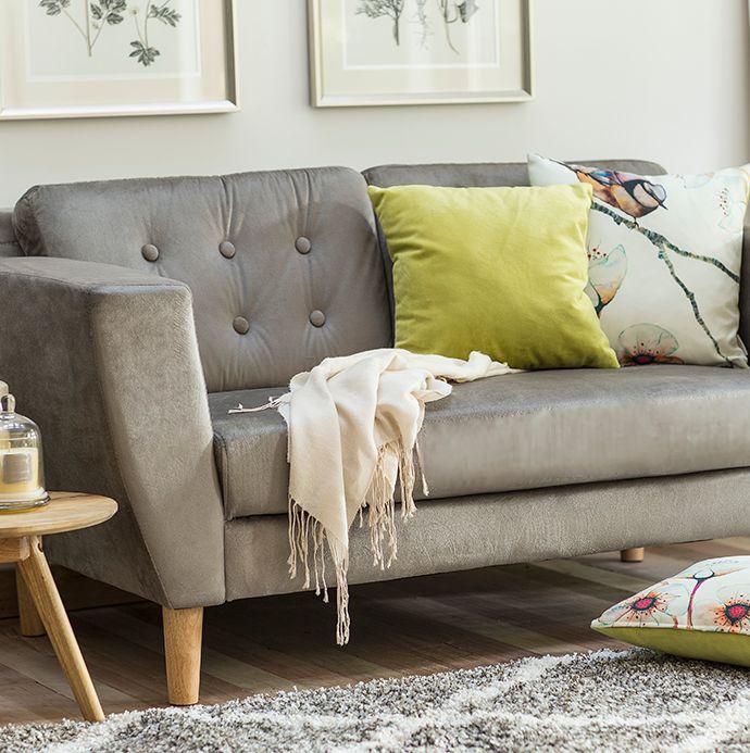 ¿Quién dijo que el #gris era un #color opaco? Con los elementos adecuados de #decoración, puede conformar un espacio súper vivo y alegre :) #Sofá #Vals #Living #Cojines #Homy