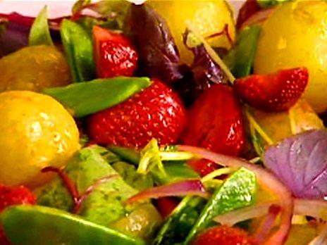 Färskpotatissallad med sparris och jordgubbar | Recept.nu