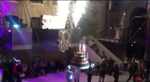 Un feu d'artifice sur un gâteau géant, un logo blanc éclairé  Le polystyrène fait la fête