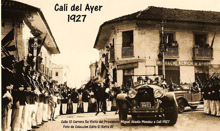 Al fondo a la Izquierda observamos el Edifico Antiguo o Viejo Zaccour ya construido en una parada militar  con el Presidente de la Republica en el año 1927