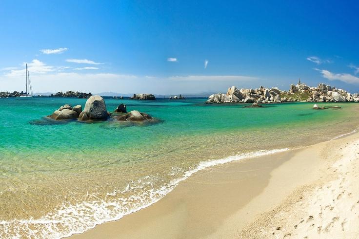#Corse #Lavezzi . Constituées d'une centaine d'îlots, les îles Lavezzi sont situées à 10 km de Bonifacio. Ces îles constituent l'une des deux réserves marines corses car elles baignent dans une mer turquoise et émeraude, dont la couleur varie en fonction du ciel. Beaucoup de sentiers permettent de découvrir les différents îlots et de rejoindre les criques. Les paysages sont uniques, dominés par le gris des rochers qui surplombent les îlots. http://vp.etr.im/ab8b