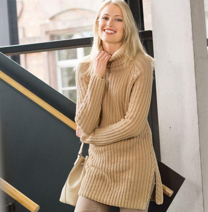 Удлиненный свитер цвета карамели спицами