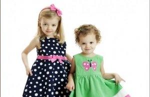 mode 2007 kinderen. Meisje droegen vaak schattige jurkjes met stippen en strikjes.