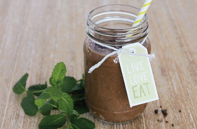 A delicious smoothie recipe that combines raw cacao, bananas, mint and coconut milk. Get the recipe here!