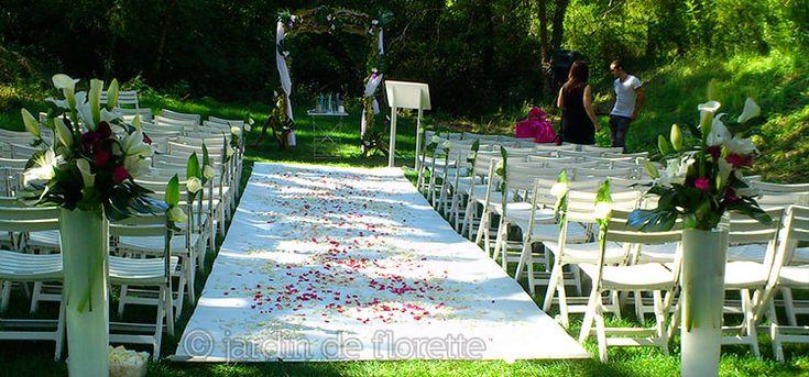 Décoration florale du jardin de la Chapelle Saint Bacchi pour une cérémonie religieuse - Mariage en Provence...