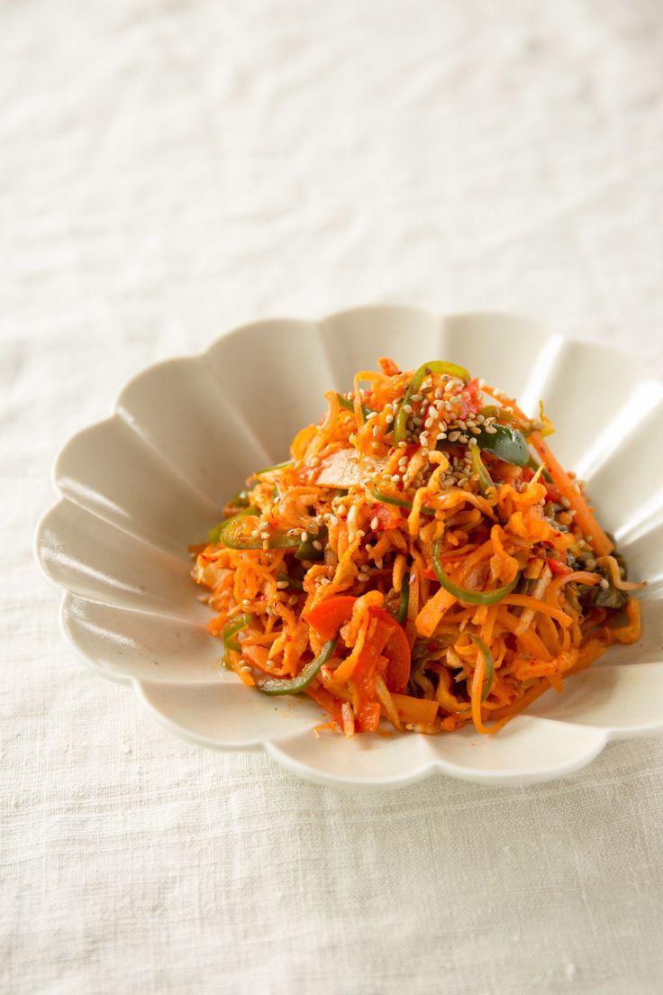 切り干し大根と彩り野菜のキムチ炒め by SHIORI / 切り干し大根に、ピーマン、赤パプリカ、にんじんの彩りのきれいな野菜を合わせたキムチ炒めです。 / Nadia